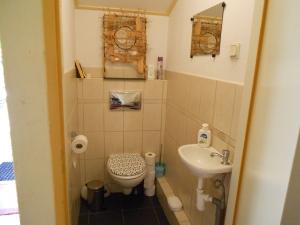 Jaja er is gelukkig ook een toilet in de wachtkamer.